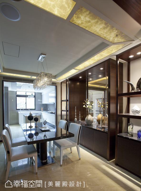 餐厅主墙的展示柜,背后的镜面材质,有效放大餐厅的狭长空间感。