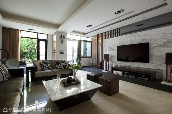 大片落地窗引进窗外阳光及绿景,连贯电视墙面的天然石材,展现自然生活态度。