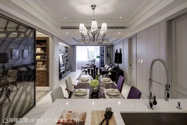 除了来自于客厅的采光,也能透过穿透感书房的引光动线,明亮位于屋中的餐厅场域。