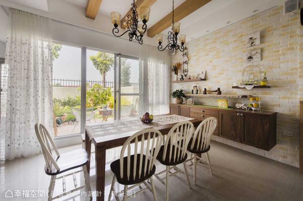 大面落地窗创造出餐厅透亮敞阔的户外氛围,天花上饰以实木假梁,构筑家人于实木餐桌上野餐的温馨场景。