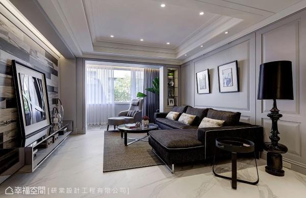本案强调在新古典的优雅中融合现代时尚,庄昱宸设计师在雅致的线板层次间,搭配现代感家饰配件让风格到位。