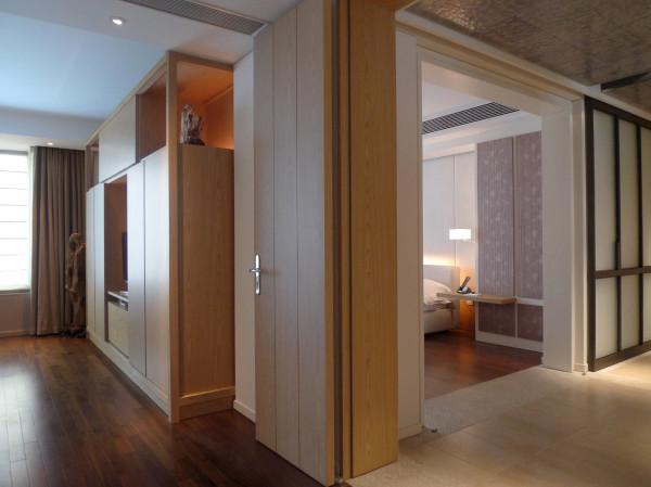 """今天这样一套公寓,不像别墅或酒店套房,""""后台""""有限,只能靠设计者发挥""""化整为零""""的特长,将设备、杂物、藏品巧妙分装到各处,然后隐蔽、装饰成""""非橱柜""""。"""