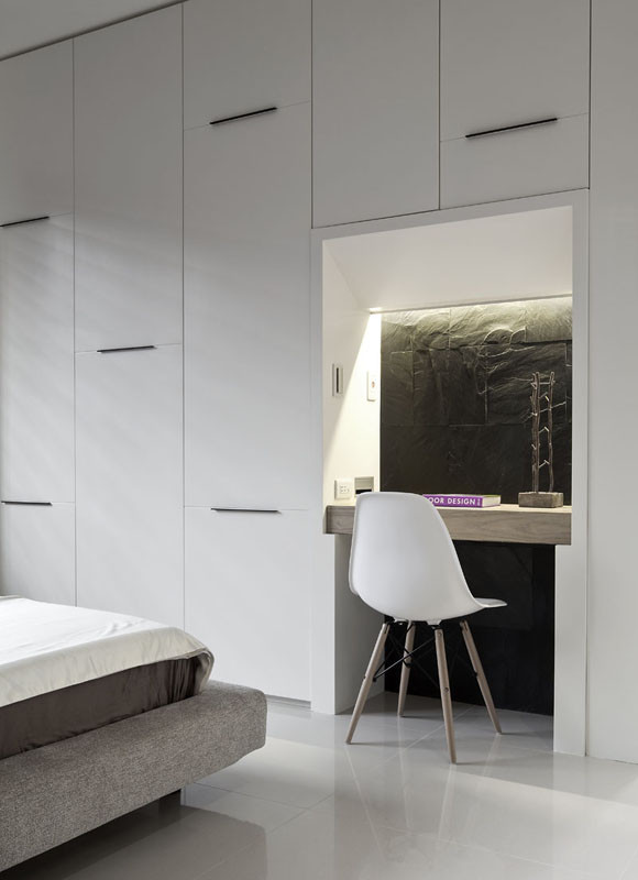 白色的衣帽柜嵌入一张简单的写字台,有效的利用了空间