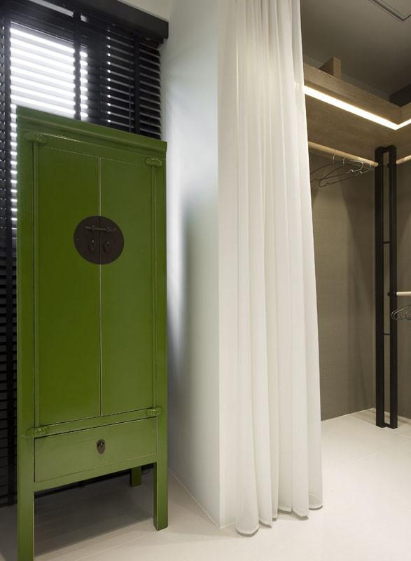 衣帽间一角的设计,绿色的柜子是整个空间的点睛之笔