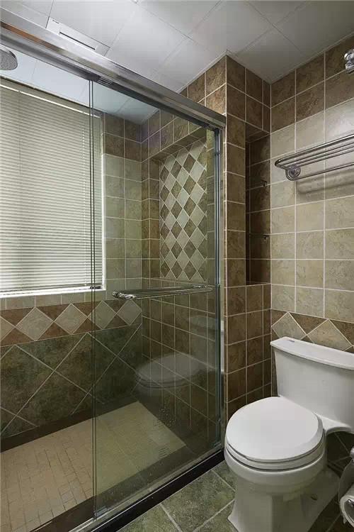 客卫干区洗漱台,镜子后边是一个隐藏式的收纳柜