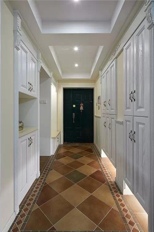玄关边鞋柜下的小射灯设计,温暖的灯光自然散发出家的温馨与幸福
