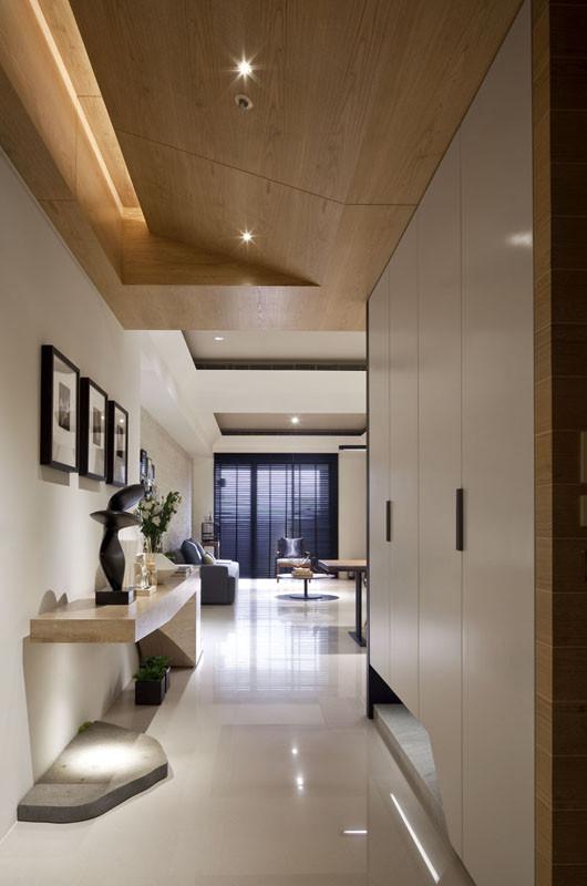 玄关设计:白色的储物柜,简单的木台,构成了玄关的设计