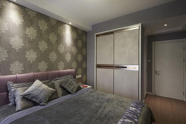 卧室中的背景是用了画面感十足的壁纸,环保安全