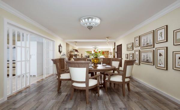 桌椅设计: 简单而实用的吸顶灯照射出温馨而其乐融融的氛围,桌椅的搭配简单而不失大气!