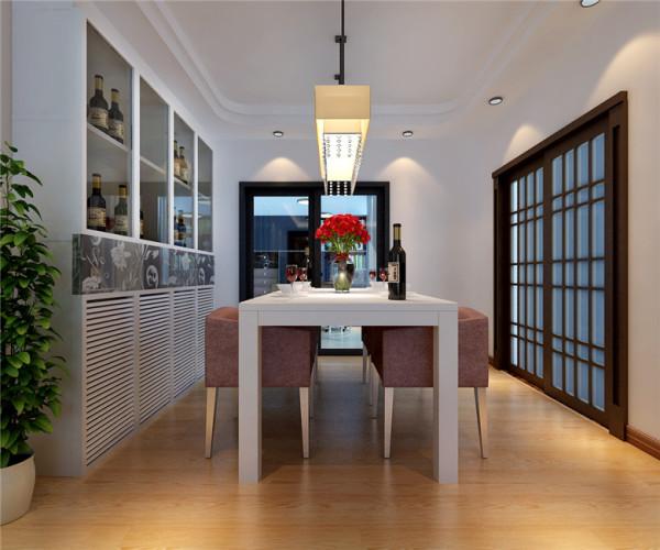 波尔多庄园现代简约风格餐厅:直线型回行吊顶,简单圆润给餐厅增加了不少情调。嵌入墙体的酒柜更是设计的恰到好处不仅空间利用率高,更是做成了一个餐厅背景墙,一举两得。