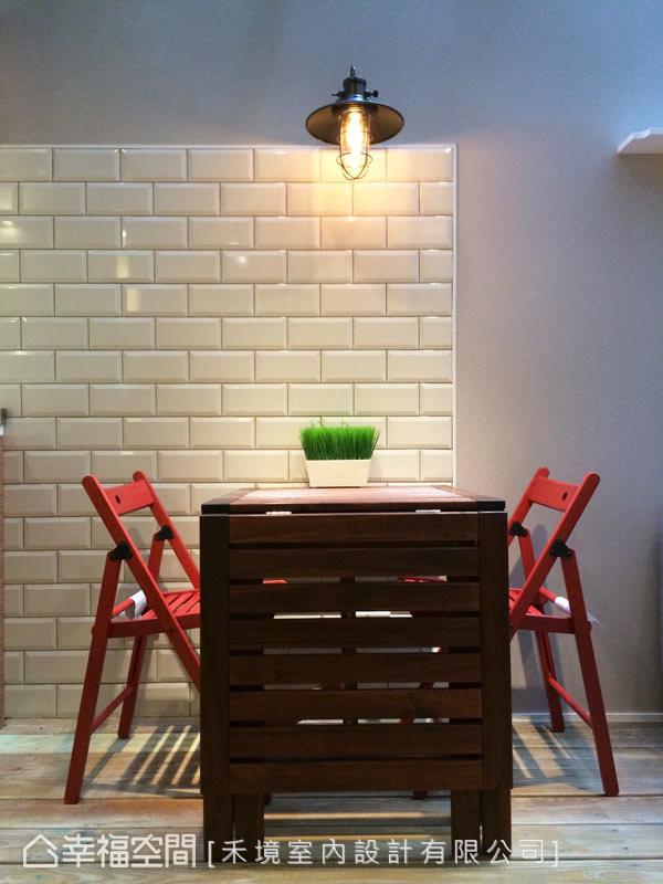温润木质的餐桌椅,以鲜明的红作为跳色,再打上一盏工业风造型的壁灯,让空间增添丰富神情。