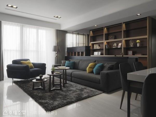 巧妙地让跳色的抱枕成为重点视觉,沙发和桌子的线条都偏向利落简洁,降低深色带来的压迫感。
