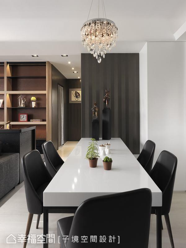 采用人造石材打造的餐桌,利用铁件结构让餐桌自直线条纹的墙面延伸而出,缔造悬空的视觉设计。