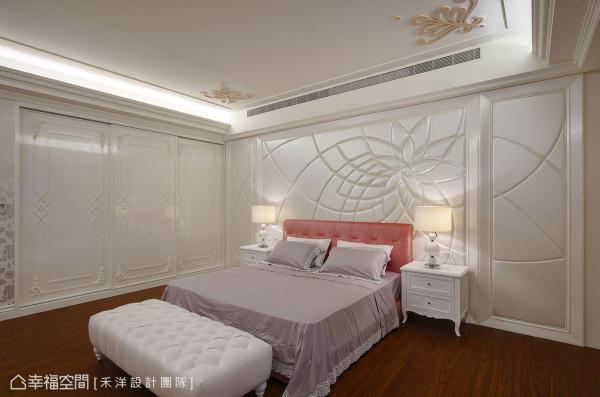 粉嫩色系寝饰软件带出女孩感,并在皮革墙面施以立体雕花图腾增添华丽度。