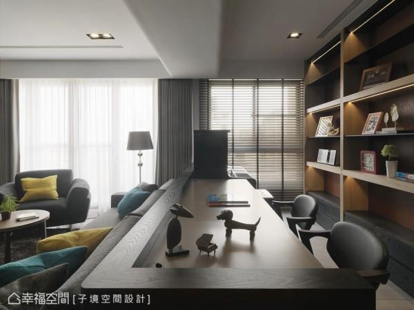 藉由通透的半开放设计,层列收纳柜在灯光营造下显得极具质感,彷佛成为客厅的一景。