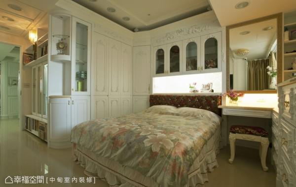 窗边的雕花斗柜、墙面的华丽花纹,感受梳妆区域的唯美浪漫。