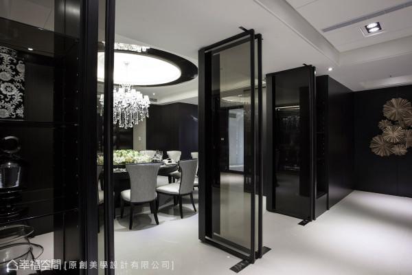 以铁件灰玻折门作为餐厅与廊道的区隔,可视需求收放门片,打造可开放亦可独立的弹性空间机能。
