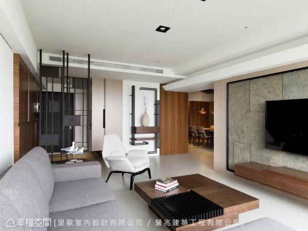 天然岩片的电视主墙,点缀以布沙发及木作家具,以自然素材构成宁静安定的空间氛围。