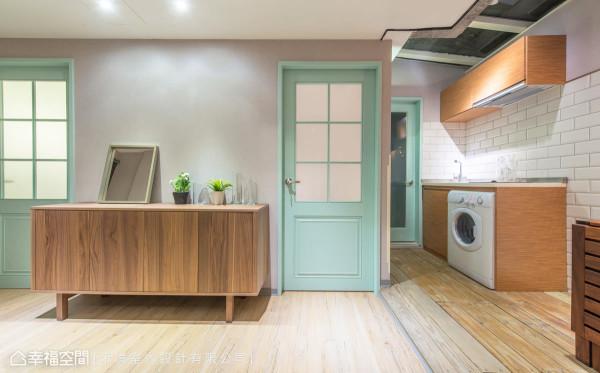 机能性为主的厨房,简化了场域内部的线条,小巧但功能却是满分!两扇门片则漆成Tiffany Blue,传递着幸福的浪漫时刻,也铺呈空间的层次感。