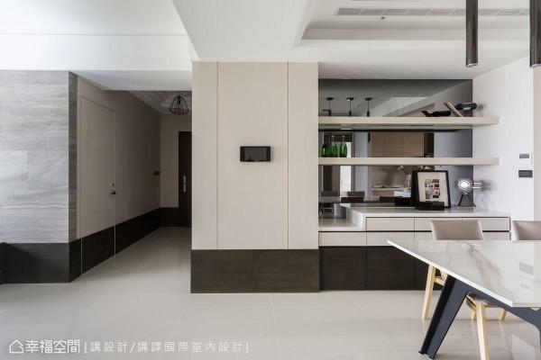 从玄关起始,运用加高的踢脚板元素贯穿走道、客厅及餐厅,修饰空间视觉比例,餐厅区域雾乡色的木作柜体搭配镜面材质,有效延伸视觉感,达到空间放大的效果。