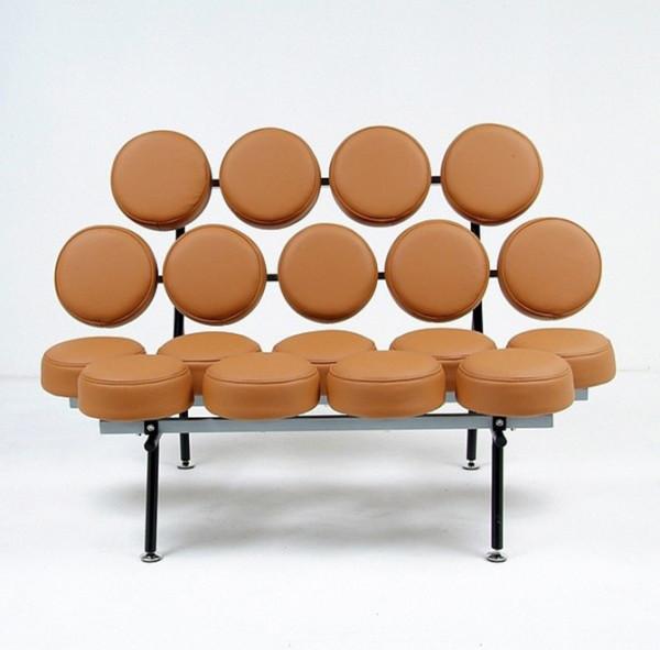 被一个发明出注塑光盘的发明家所启发,认为将这种形态用于沙发设计可以减少生产成本而且更耐用。当时他们将18个这样的注塑光盘安放在一个铁架上,Marshmallow的原型就此诞生。
