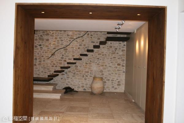 木作门框隐藏左右两根柱子与上方横梁,地坪以南法当地石材打造,右边设置衣帽间与鞋柜。