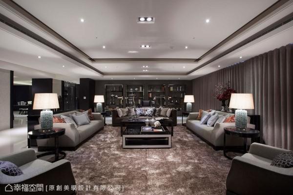 以开放式设计串联客厅与书房机能,并藉由高低错落的天花板将机能场域定义在虚实之间,一气呵成的线条框架亦让视觉延伸,进而达到空间放大的效果。