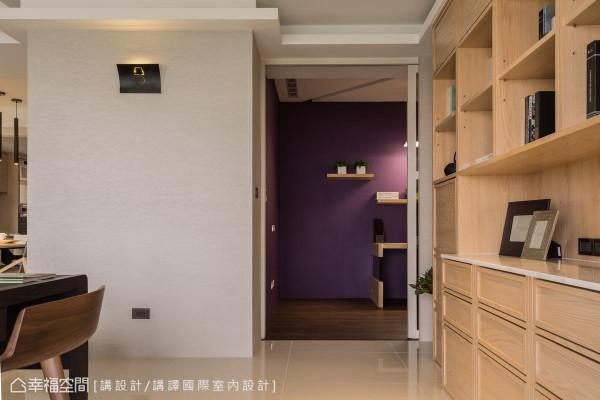 以浅木色柜体及珪藻土营造公共空间的温润质感,多功能室的主墙则跳以鲜明色彩,明确界定机能场域,亦成为书房区域的一处端景。