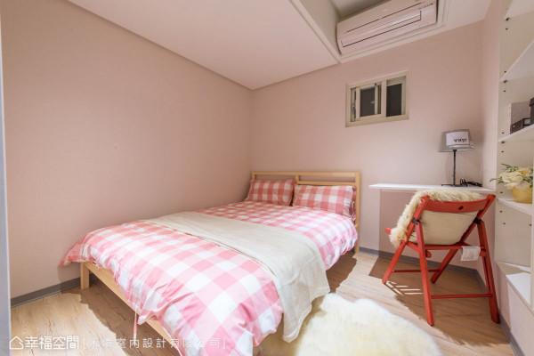 因为楼高的关系,禾境设计以部分包覆的方式消弭大梁的压迫感,床套则选择粉色系为主,甜蜜小朋友的梦。
