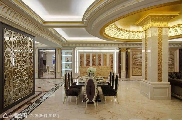 金箔贴面穹顶下,满室金碧辉煌,搭配纹理斑斓大理石与图腾勾勒,映照出会客厅的奢美质感。