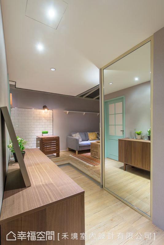 入门后,丁名训设计师以大面穿衣镜延伸空间的景深,让原先狭长的廊道有了等比拓展的坪效。