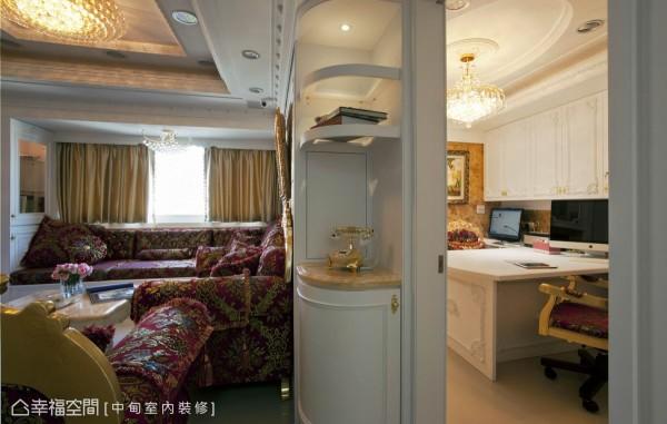 客厅背墙转角处以开架弧形柜修饰,保持行进路线的流畅及安全,并兼具展示的功能。