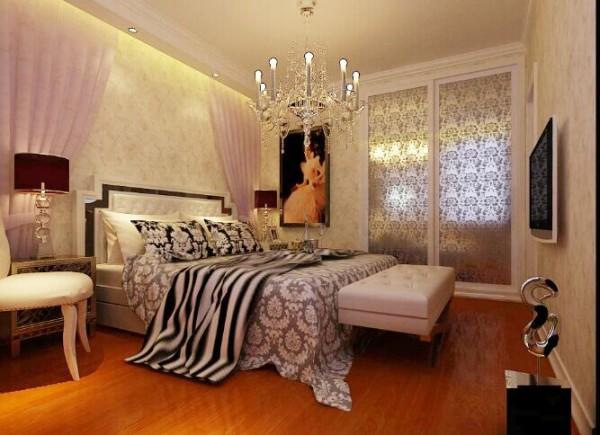 主卧用带有图案的壁纸,地毯,窗帘,床罩,以及古典式装饰画进行装饰,彰显豪华大气之风。