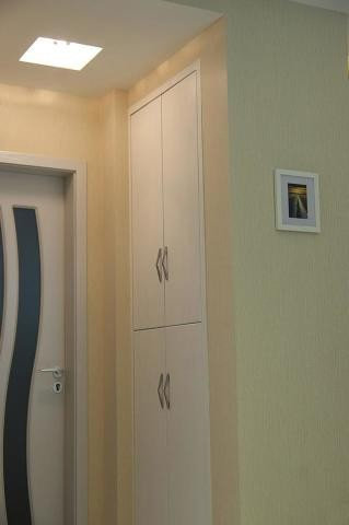 这边有一个镶嵌式的壁柜,节约空间也能更有效的利用空间,可所谓是小家必备啊!   至于那个门嘛???