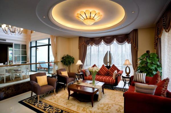 客户希望设计风格既能温馨又能体现出自己较高的欣赏水平和文化内涵,他们认为居室该有的不只是豪华大气,更多的是惬意和浪漫,因此根据客户的生活品位和房子的结构特点定位为欧式风格。