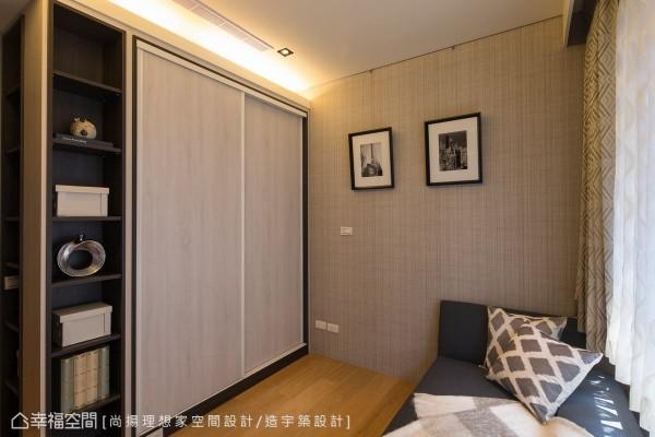 简约的色调、利落的线条,是踏进男孩房的第一印象,陈元旻设计师更利用门片式衣柜及开放层板,展现视觉上的虚实变化。