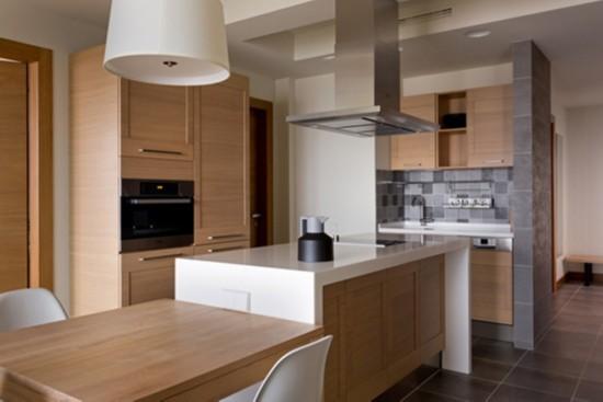 洗涮区的上下柜、烤炉所在的巨大储物柜和中大吧台下方的收纳柜,无处不在的收纳空间增加了厨房的功能性,让小小空间亦显得井井有条。
