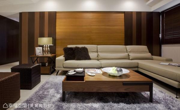 沙发后方的主墙,以对称的活动式滑门,隐藏通往阳台的路线。