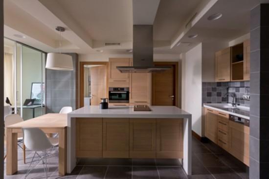 洗涮区、烹饪区、中岛吧台和用餐区有机组合但又相对独立,有效地提高了主人的烹饪效率。
