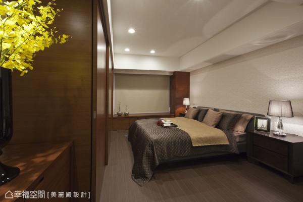 延续书房风格,用深色木皮包覆,修饰结构柱体,凸显主卧房的沉稳调性。