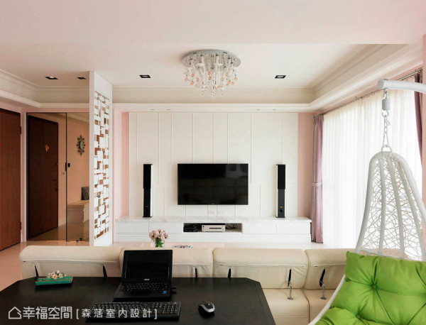 白色壁纸与边条造型的搭配,刻划电视墙的利落简约;机柜台面则使用银狐大理石,增添恢弘气韵。