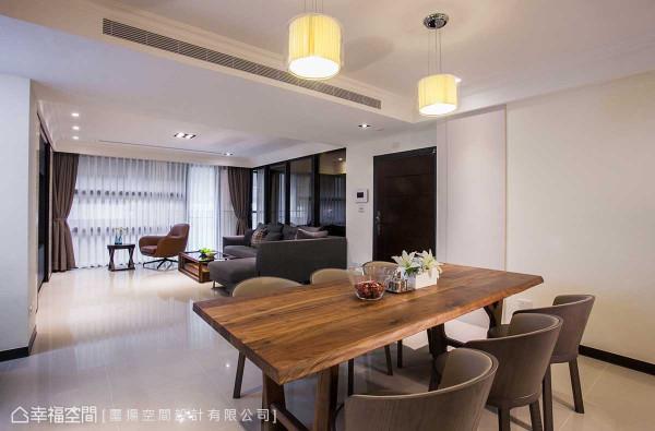 用餐区旁对称式的造型设计,其一者实为电箱遮板