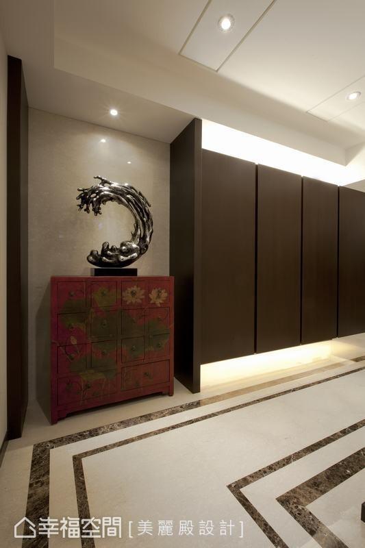 玄关的畸零空间,规划为储藏柜体,兼具收纳及展示功能。