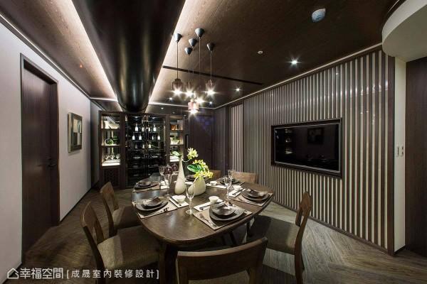 红酒柜及对称展示柜,可让主人家摆放各种珍品收藏,注入艺文品味。