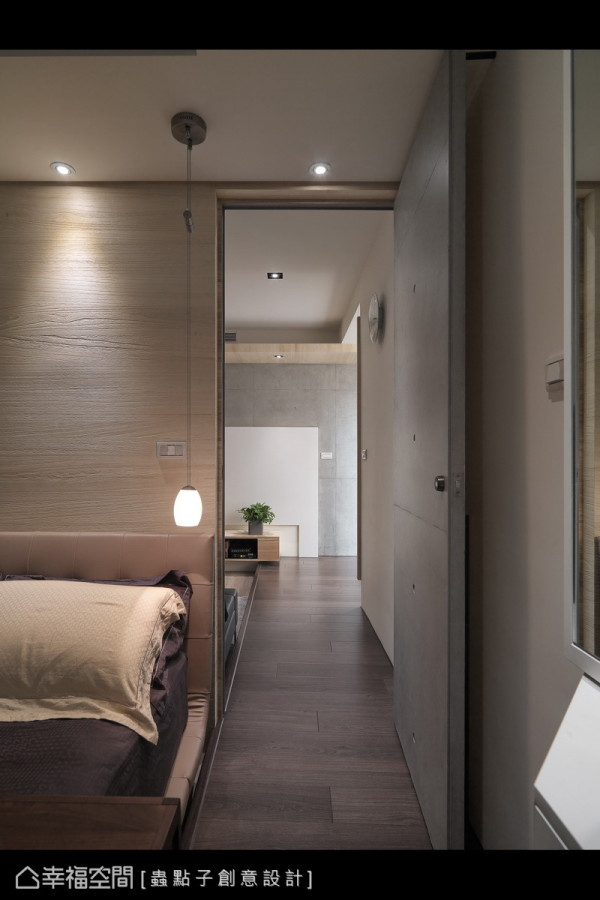 客厅的架高地坪,延伸至主卧房一侧,围绕多层次的语汇表现。