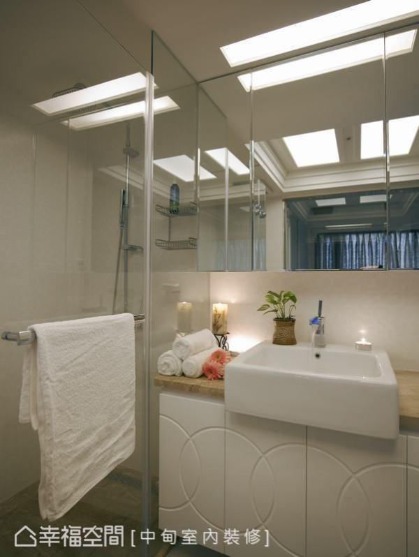 透明的淋浴空间,搭配特殊线条造型的浴柜门片,融合现代时尚与古典质感。