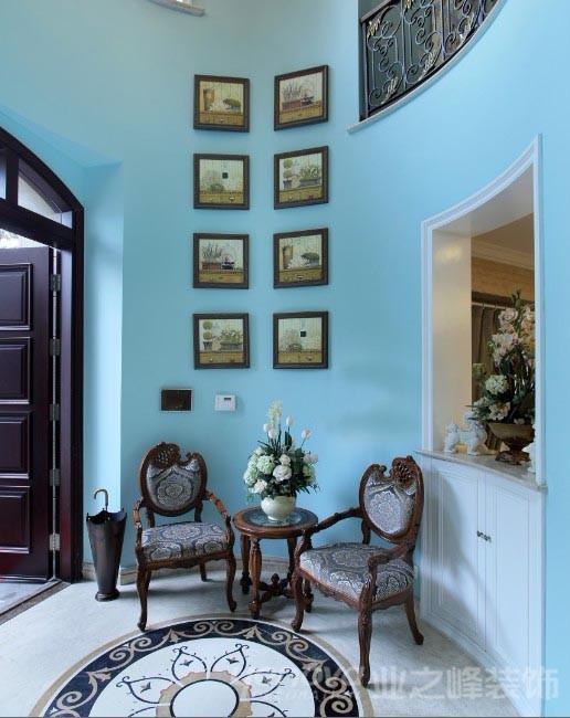 门厅采用别具一格的蓝色清爽乳胶漆作为主色,将清爽的感觉带入到这个漂亮的圆形空间,而该案例的起居室和卧室空间则采用了传统的暖色调,照顾了家里每个人不同的色彩需求。
