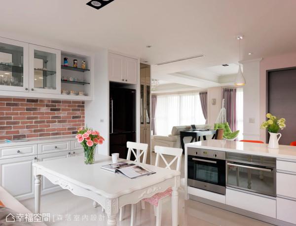 中岛下方兼具有电器柜与收纳上的机能,左侧墙面也设有吊柜做收藏品的展示,让餐厨空间可以美感兼具机能性。