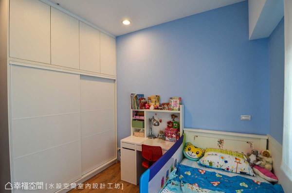 透过顶天式的柜体设计,210公分屋高在小孩房内发挥了最大收纳效益。