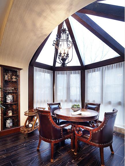 餐桌木制表面的油漆或体现木纹,或以纯白瓷漆为主,但不会有复杂的图案,坐垫的布艺图案也是根据整体风格来定的,体现出欧式但不失乡村的自然感。